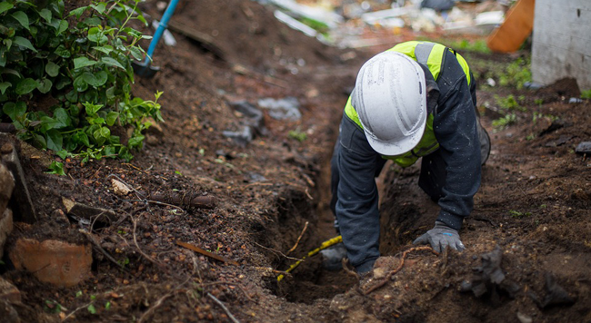 creuser les fondations d'un mur