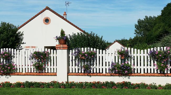 clôture autour d'une maison