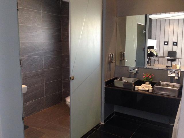 Comment faire une douche l 39 italienne dans sa salle de bain - Comment installer une douche italienne en video ...