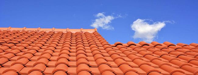 Toit en tuiles neuve ou rénovation : conseils, entretien, prix de pose d'une toiture